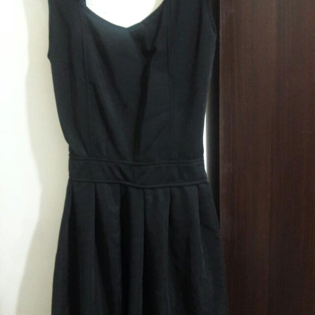 黑色滑布挺版背後挖洞愛心露背傘狀洋裝
