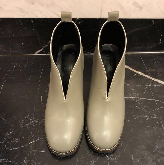 小資女孩👧韓風DAN'E淺灰粗跟皮裸靴#大掃除五折