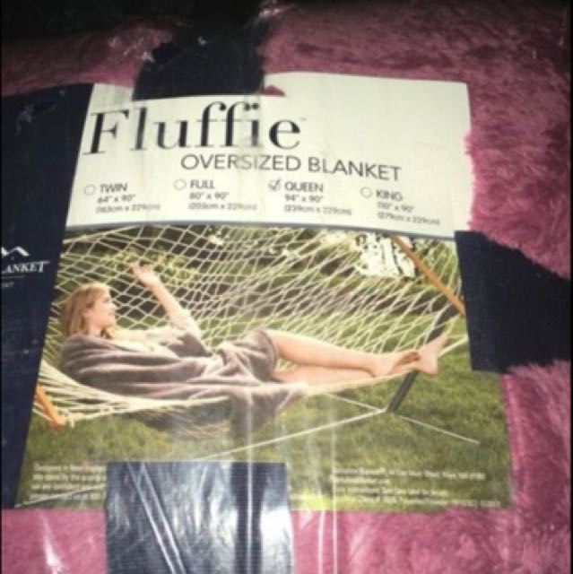 Pink soft blanket in the size queen. In perfect condition. Still in original packaging. Willing to change the price
