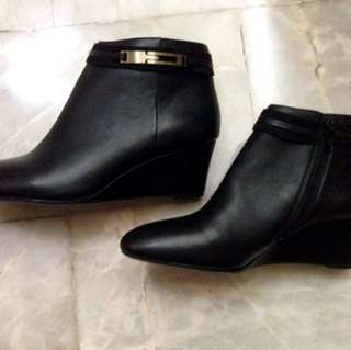 NEW! Authentic Naturalizer Wedge Ankle Boots Size 7 US