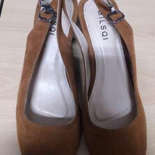 Sepatu Cokelat Beludru