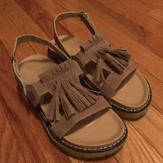 Sandals with tessels 38