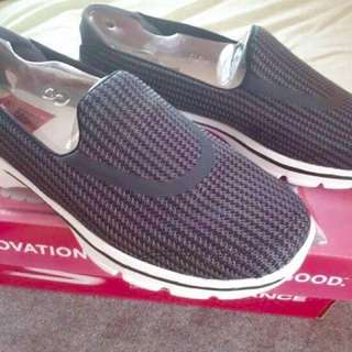 Authentic Skechers Go Walk 3 Size 8 (with box)