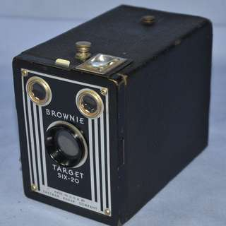ANTIQUE VINTAGE KODAK BROWNIE TARGET SIX-20 MECHANICAL FILM BOX CAMERA