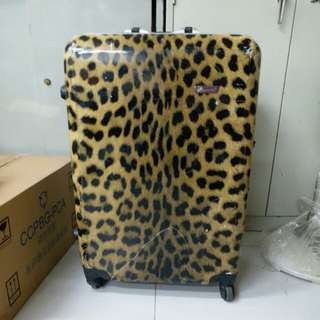 4 Wheels Luggage Size H 28inch W19inch, one side the lock broken. Still can lock. See the 4th photo