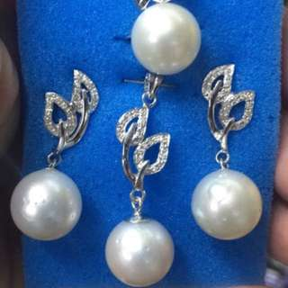 Set with pendant white south sea pearls in 14k