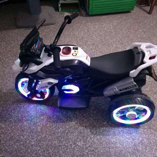 3 tires LED lights USB TF MP3 battery6V4.5AH 2-7years old