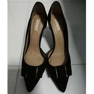 Massimo Dutti. Womens classic black sude high-heels.