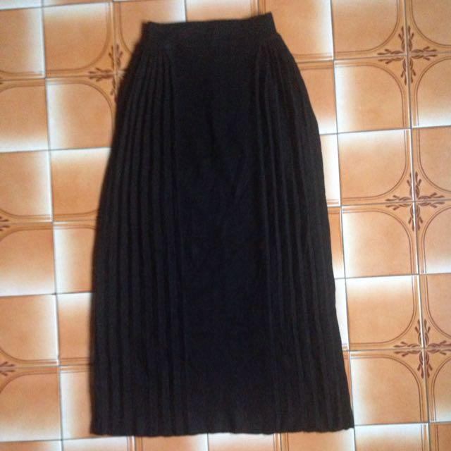 針織黑色長花苞裙。旁邊兩側百褶