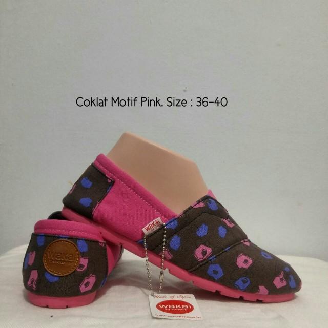 Sepatu wakai coklat motif pink, Olshop Fashion, Olshop Wanita di Carousell