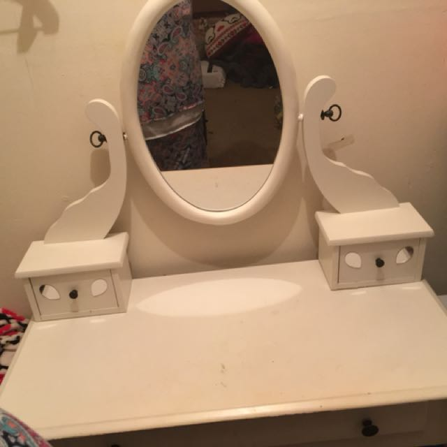 This is an white vanity. It's in good condition. willing to change the price.