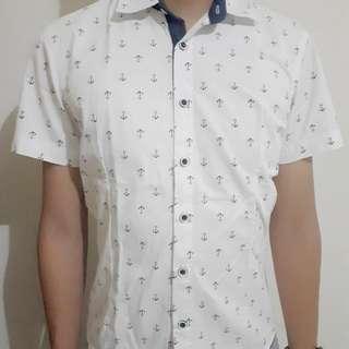 White shirt (anchor motive)