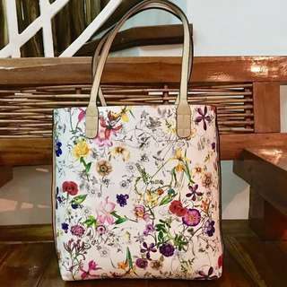 Reversible faux leather tote bag in floral and beige