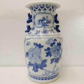 青花有耳瓷花瓶