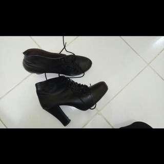Boots Wanita Hitam Kulit Heels