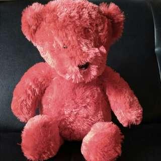 Boneka beruang merah