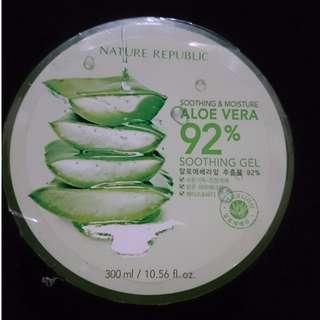 Nature Reublic Aloe Vera 92% 300ml Original dari Korea. Best Seller bgt.  Biasa dipake beauty blogger dan MUA. Exp. 2020 masih lama sist. Order PM me please 😊