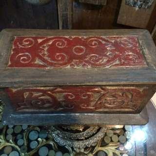 Peti kayu berukir antik