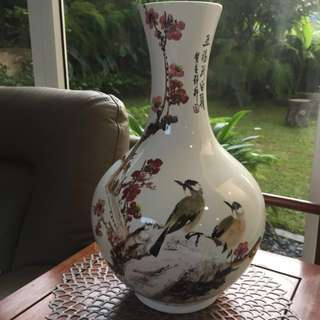 A Fine Chinese porcelain vase - Two magpies sitting on a cherry blossom branch