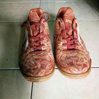 Sepatu specs motif batik size 39 putih coklat masih terawat jarang dipakai