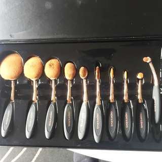 Casper and Lewis 10 Piece Oval Brush Set