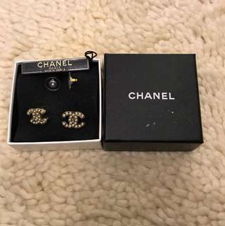 CHANEL 00V CC logo earrings with pearls - brand new with box and packaging!