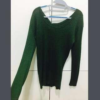 🚚 特別的綠 顯氣色 長版雙面大U領針織上衣