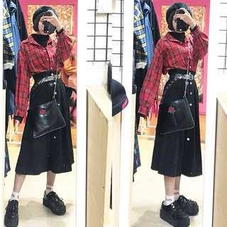 🚚 假兩件高領配色格子襯衫/釦子造型中長裙/毛絨貝蕾帽/圓環透孔透明皮帶/玫瑰鐵鍊造型側背包