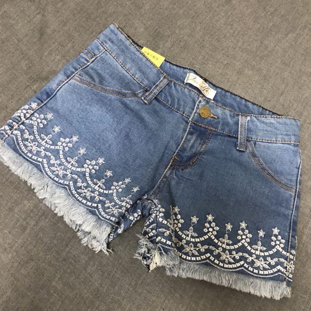 全新品 依妮ㄦ 淺色刷破鬚鬚繡花造型邊短褲