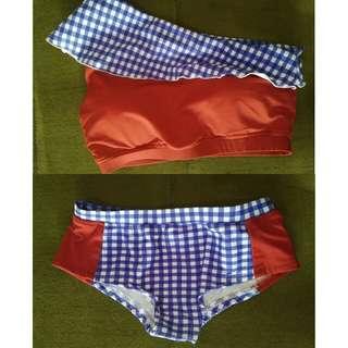 Bikini Merah dan Motif Kotak Biru