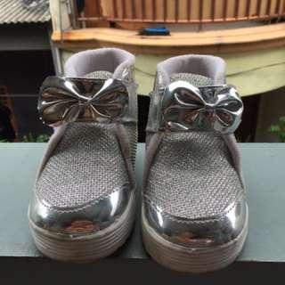Sepatu anak silver