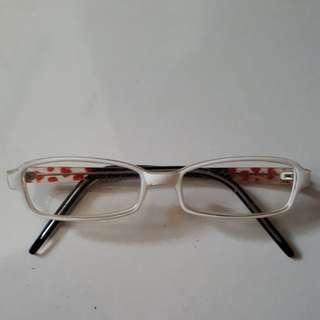 Kacamata frame putih