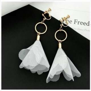 02F6A0r-Anting- Flower Fabric Ear Clip No Needle Gold+White