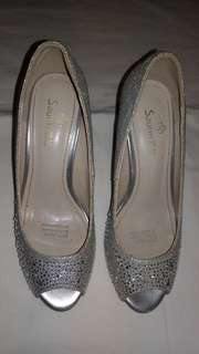 Silver pointed shoes