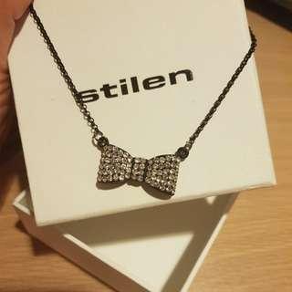 Stilen bow necklace