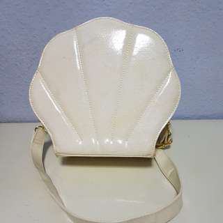 Shiny beige shell-shaped handbag