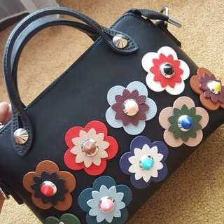 Bag Fendi look a like. Ada kikis dikit di handle. Lainnya OK dan komplit sling bag