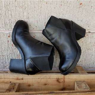 FREE SF ⁉️ PULL AND BEAR BLACK BOOTIES ♨️