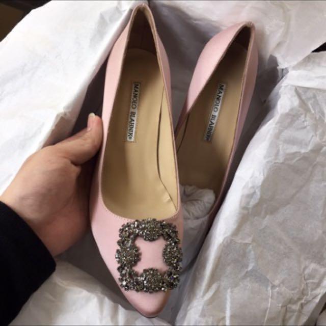 manolo blahnik hangisi satin pumps women s fashion shoes on carousell rh ph carousell com