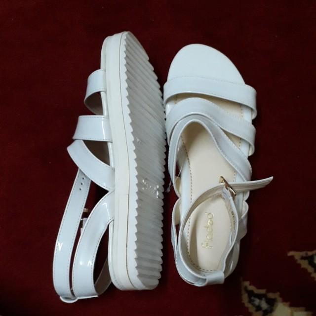 Sepatu sendal fladeo putih. Ukuran 39