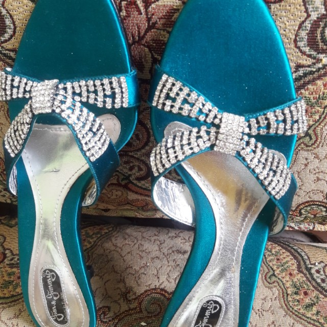 Wedges pesta biru tosca
