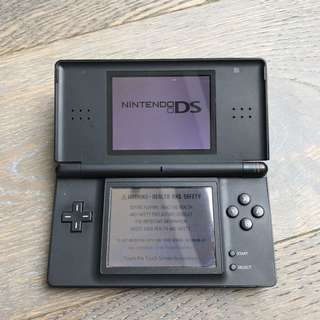 Nintendo DS - Charger + 4 Games