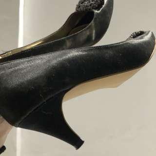 Manolo black heels pendek