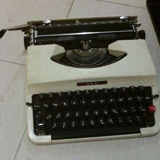 手提-打字機-仍運作正常