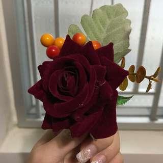 紅色絨面襟花