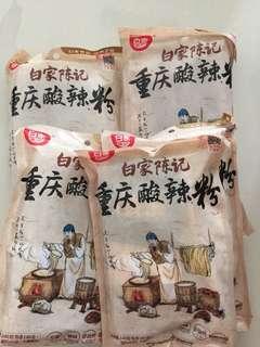 白家陳記酸辣粉(粗紅薯粉)味道口感同街買一樣(內有調味包)~超好味,麵即食