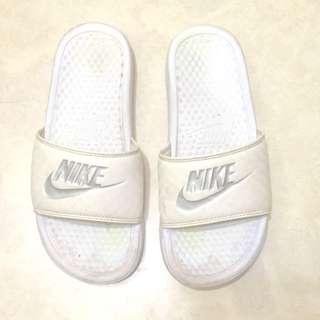 Nike拖鞋白色格菱