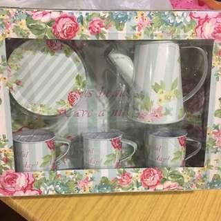 Toy metal tea pot set