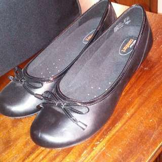 8.5 new black sleek flats