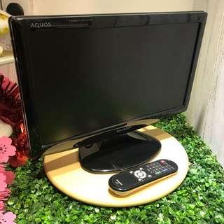 9成新,19吋 Sharp TV & Mon, 100%操作正常,有 HDMI 可打PS4,有VGA 作電腦Mon,有AV輸出到擴音機,有天線位可睇電視,有搖控